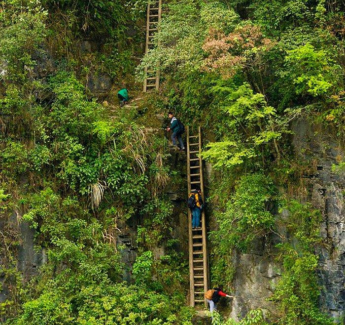 Crianças subindo escada
