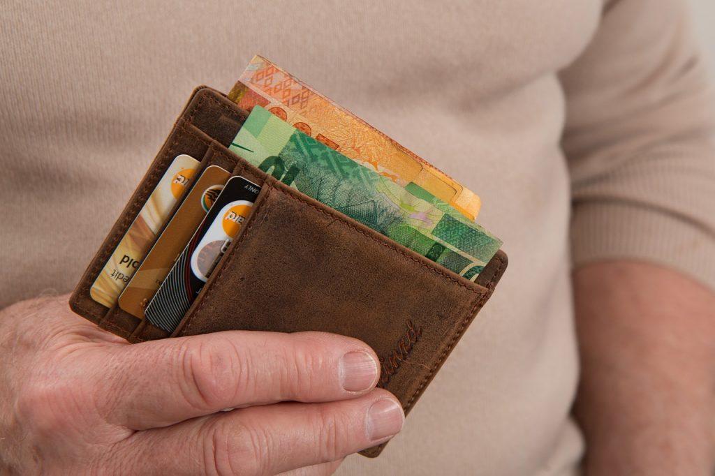 Mão tocando a carteira