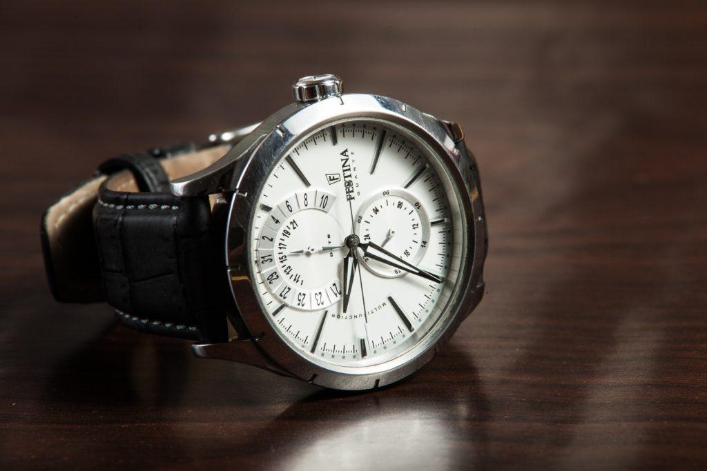 Relógio de pulso com pulseira de couro