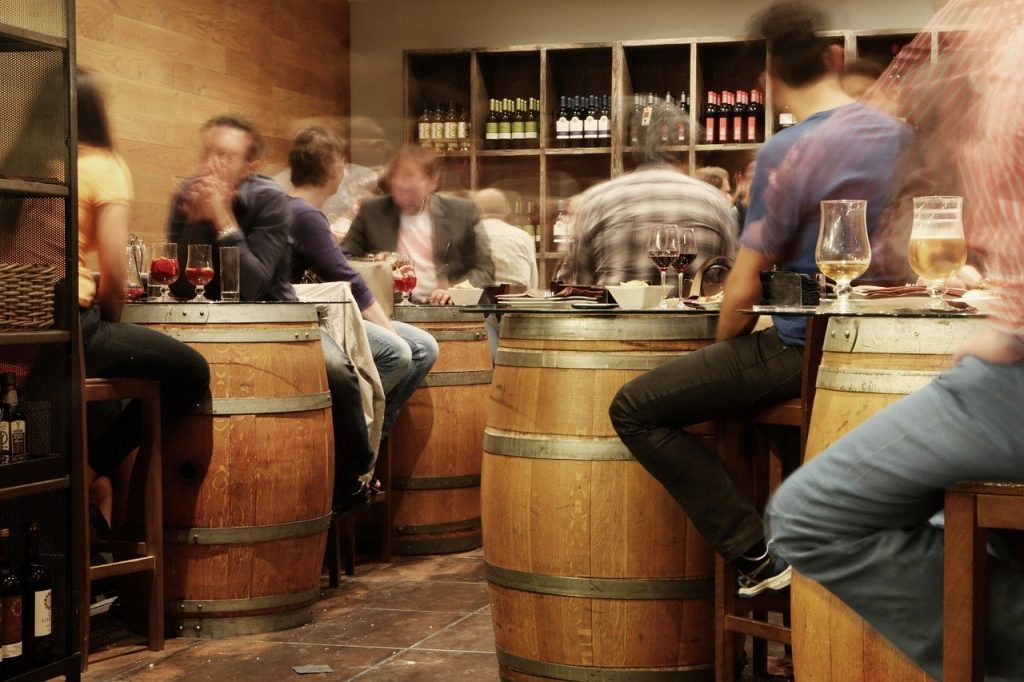 Pessoas bebendo em um bar