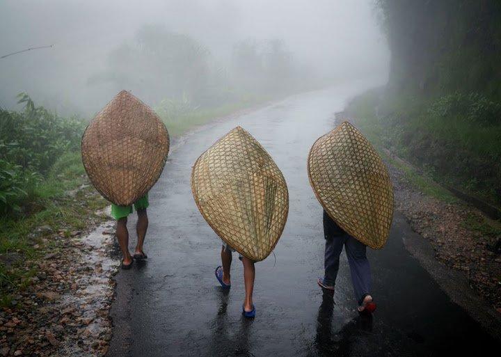 Moradores de Mawsynram se protegendo da chuva
