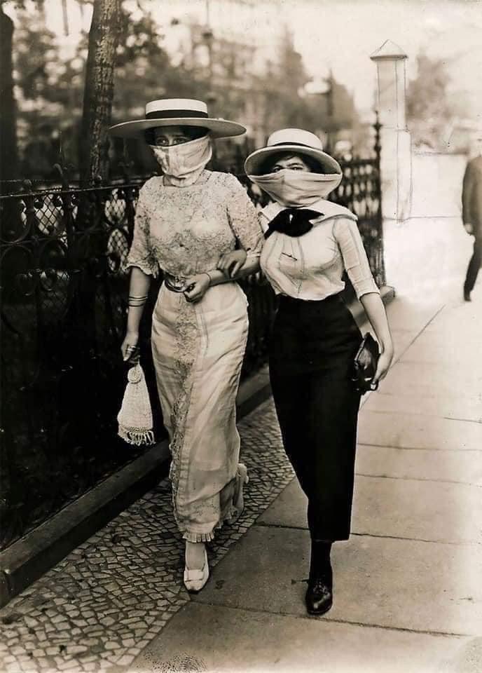 Mulheres utilizando máscara passeando