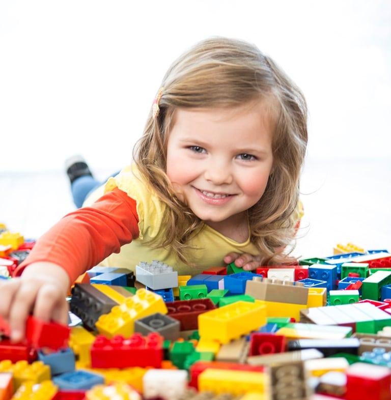 criança com lego