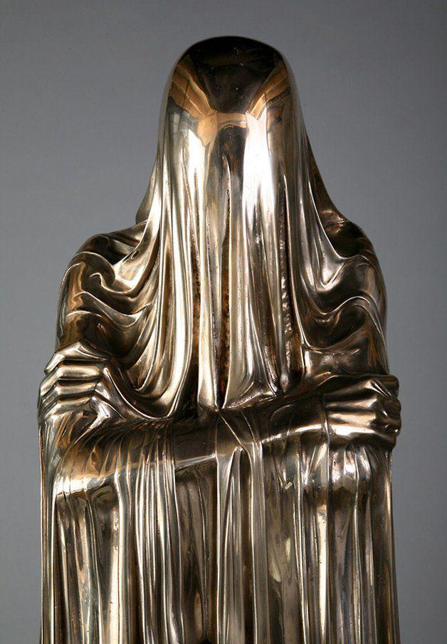 estatua de metal