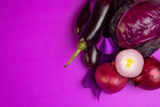 vista superior de varios legumes frescos berinjelas cebola roxa e couve no roxo 140725 12621